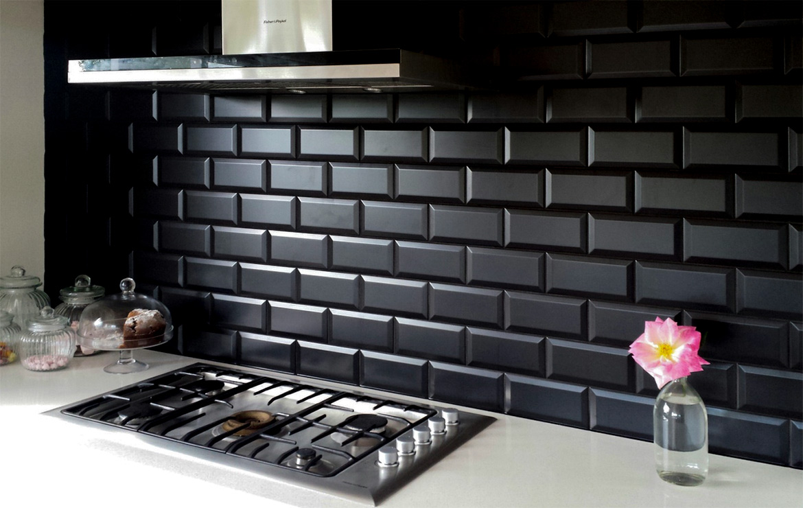 Biselado Negro 10x20. Black tile Subway style kitchen interior design.
