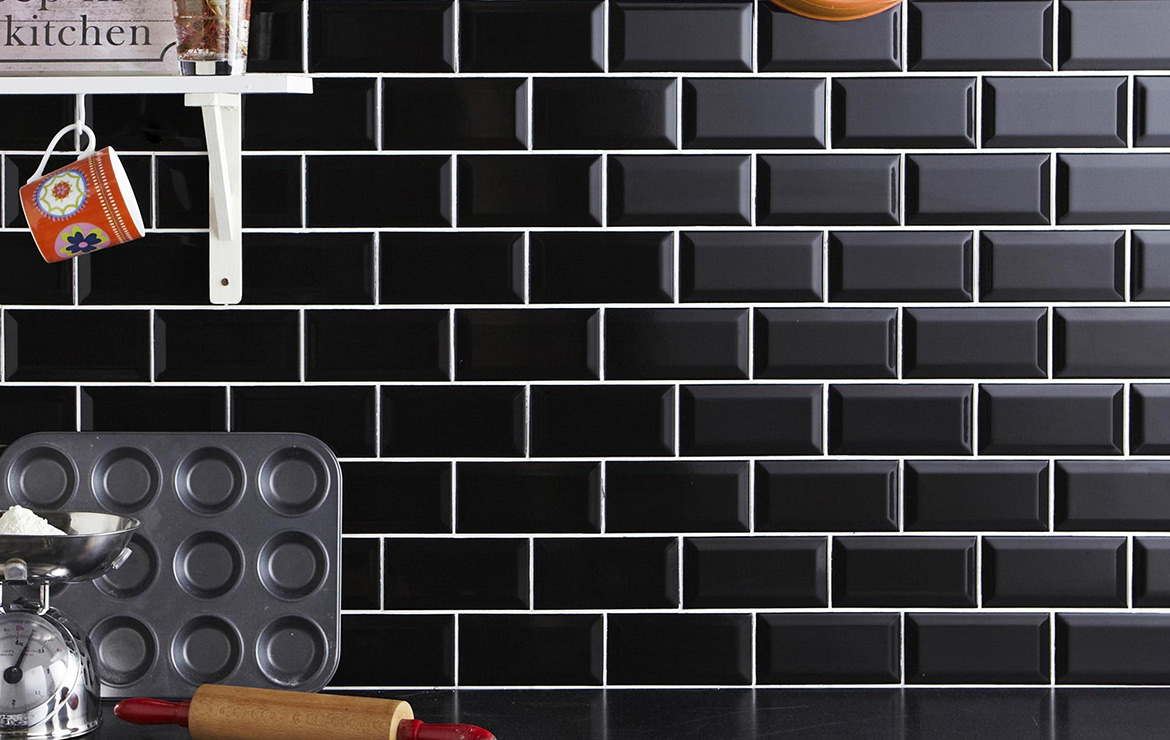 Biselado Negro 10x20. Black bevelled tile Metro style kitchen backsplash.