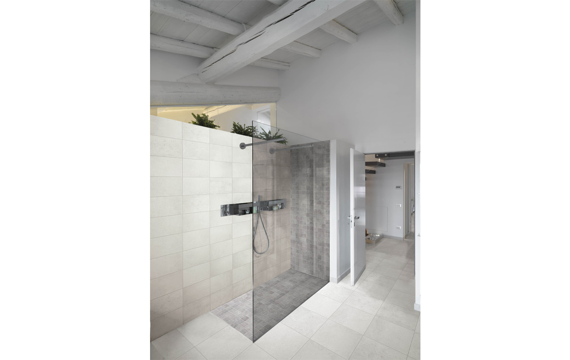 Country house bathroom interior design. Urban Mix Light 25x40 and Urban Mix Steel Mosaic